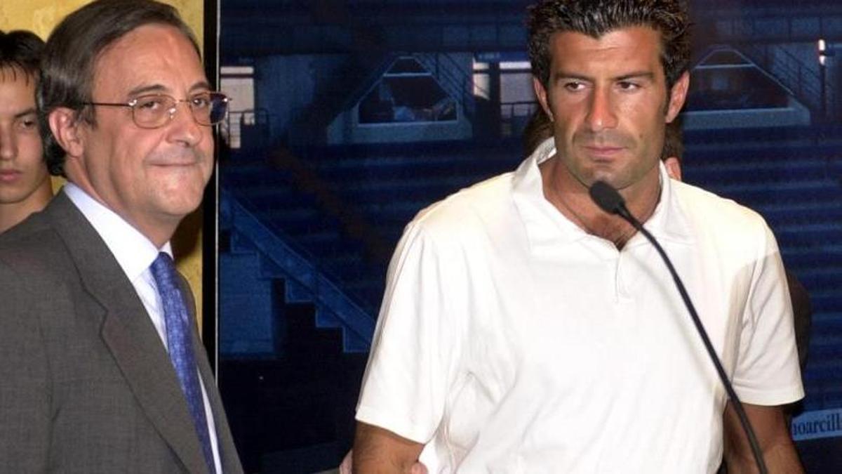 Figo, muy serio, es presentado por Florentino Pérez como nuevo jugador del Real Madrid en julio de 2000.