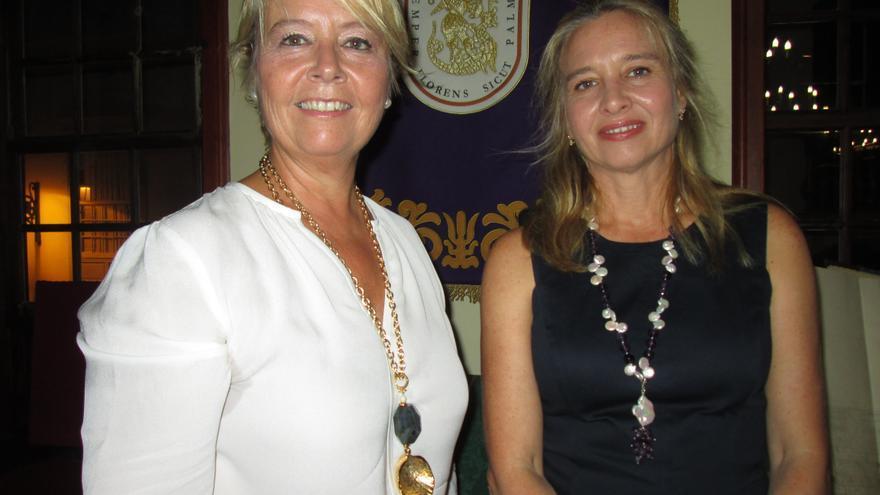 Rosa Aguado (izquierda) y la escritora Almudena de Arteaga en el acto. Foto: LUZ RODRÍGUEZ.