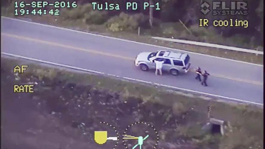 La Policía y la familia confrontan versiones en la muerte de un negro desarmado en EE.UU.