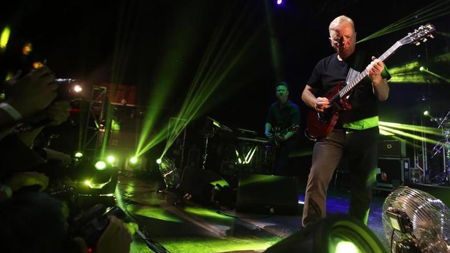 El pop electrónico de New Order transporta al publico chileno a los ochenta