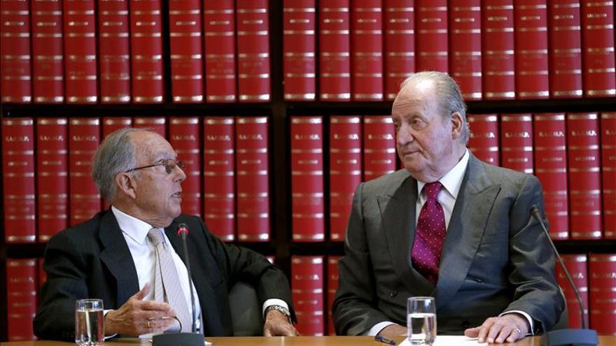 Don Juan Carlos ofrece su apoyo a la Academia de Ciencias Morales y Políticas