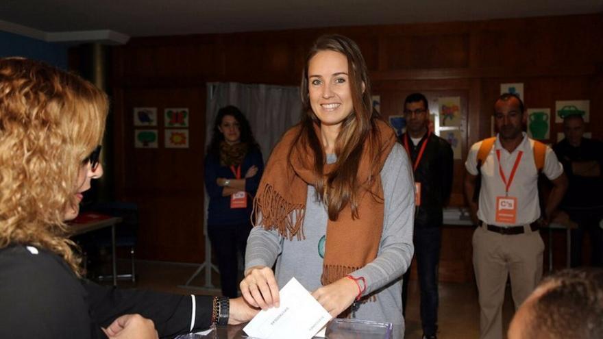 La candidata de Ciudadanos al Congreso en el colegio electoral donde emitió su voto este domingo / Foto de Ciudadanos