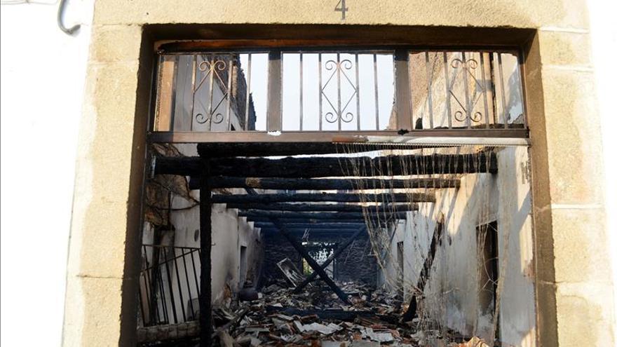 Las llamas han obligado a evacuar a la población de Hoyos, la tercera localidad que tiene que ser desalojada por el incendio de la Sierra de Gata. / EFE.