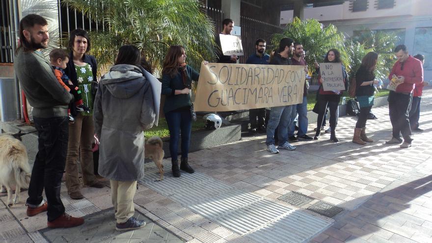 En la imagen, concentración de apoyo a Guacimara Vera.