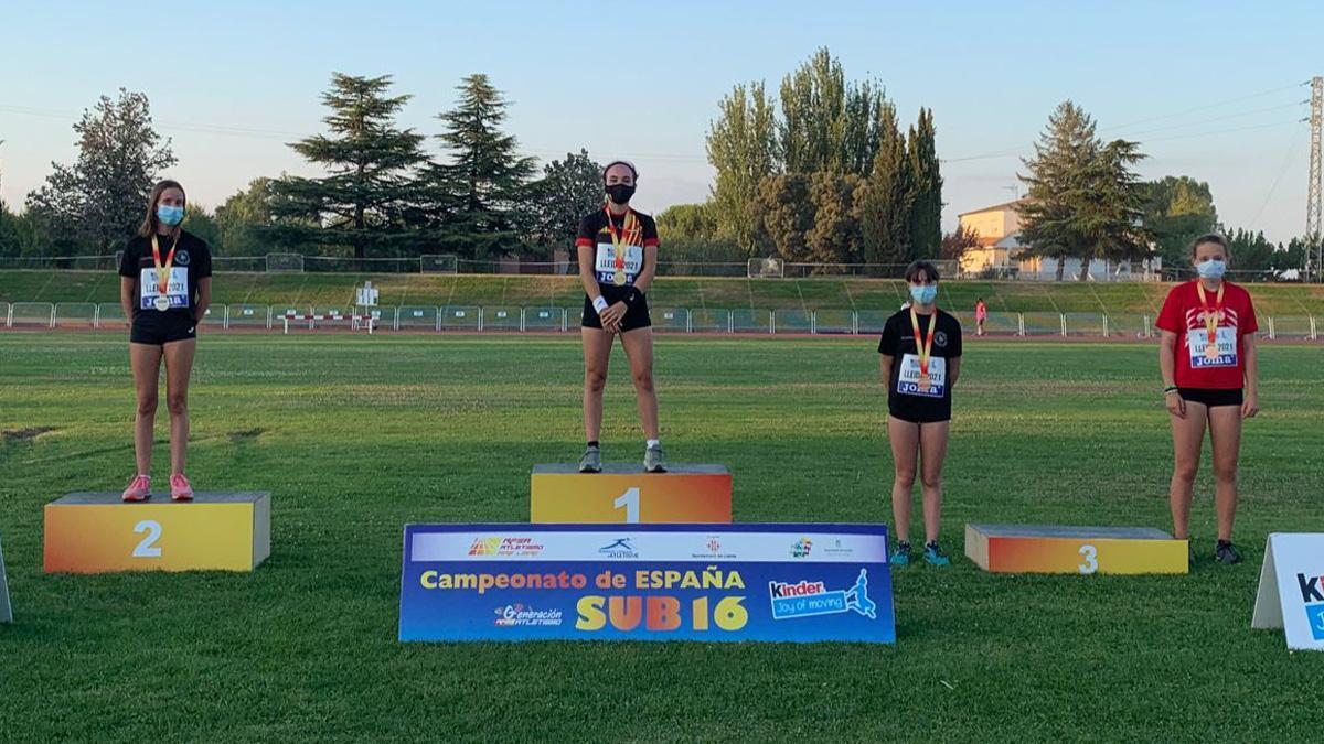 Cristina López, segunda, y Sara Delgado, tercera, en el podio de pértiga