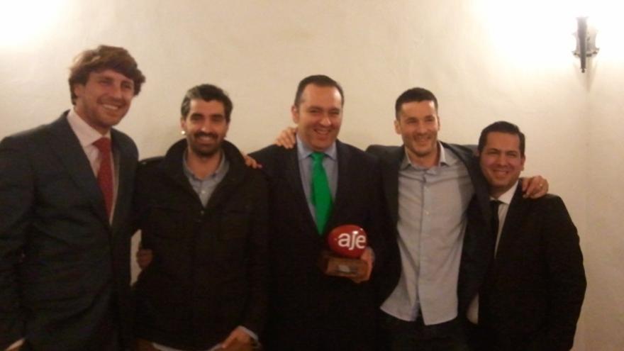 Los cinco socios de Pypna posan con su premio de la Asociación de Jóvenes Empresarios a la mejor Iniciativa Emprendedora 2013.