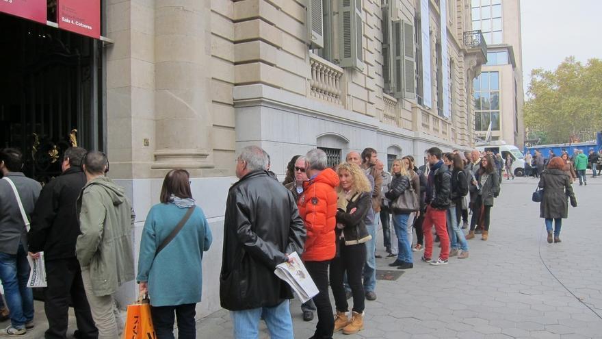 El Palau Robert amplía el número de urnas tras colas de hora y media este lunes