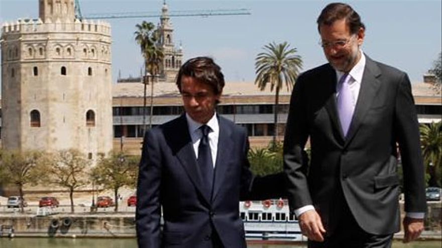 José María Aznar y Mariano Rajoy, en Sevilla, antes de la reunión en 2010 que celebró el 20 aniversario de la llegada de Aznar a la dirección del PP.
