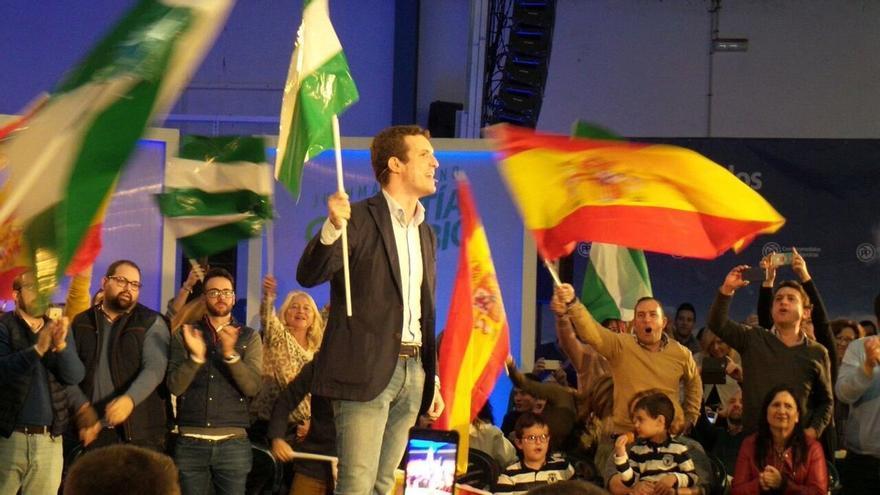 """Casado enarbola la bandera andaluza y llama a llenar urnas como paso previo para """"sacar a Sánchez de la Moncloa"""""""