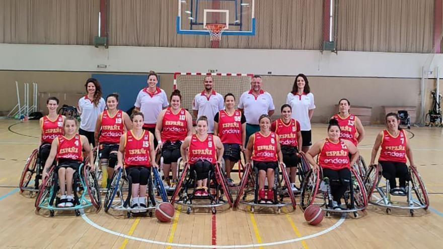 Veva Tapia, segunda por la izquierda de pie, con la selección española