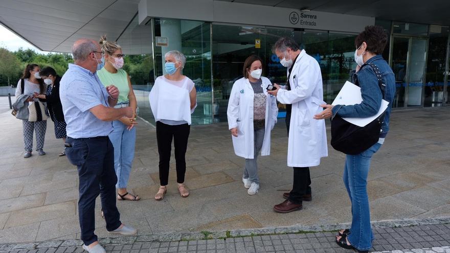 Los representantes de EH Bildu Juan Karlos Izagirre y Rebeka Ubera en el exterior del Onkologikoa de San Sebastián