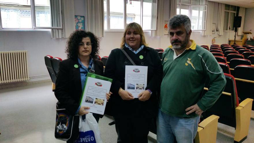 Los portavoces de FAPA Cantabria con el documento que recoge sus demandas para la política educativa.