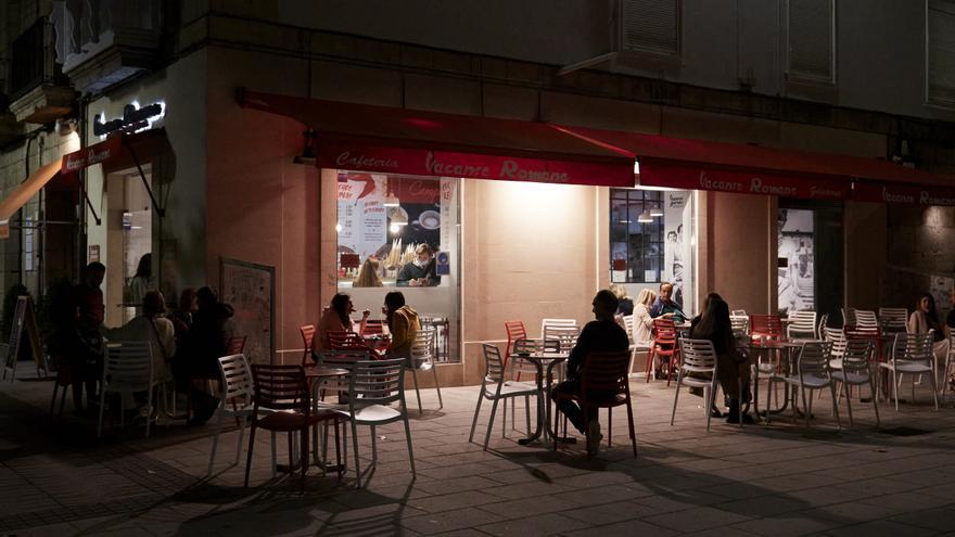 Archivo - Varias personas en una terraza de Santander
