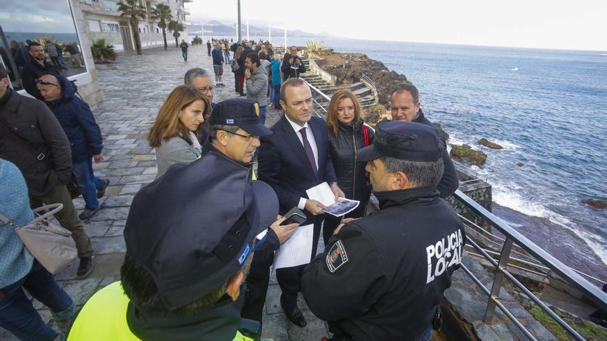 El alcalde de Las Palmas de Gran Canaria, Augusto Hidalgo, en la zona del derrumbe.