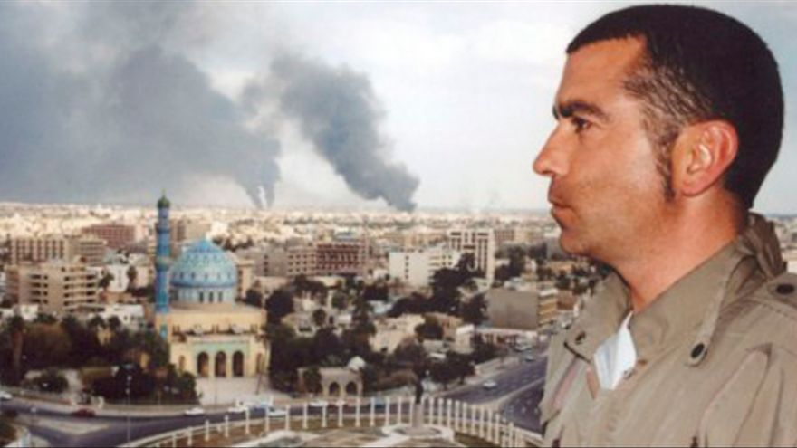 José Couso en un balcón Hotel Palestina de Bagdad desde el que se ve la plaza Firdus. Marzo de 2003