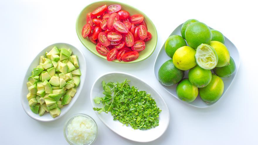 Varios de los ingredientes de la ensalada de aguacate y tomate cherry