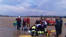 Dos bomberos rescatan a un menor de 15 años preahogado en la playa de Oyambre