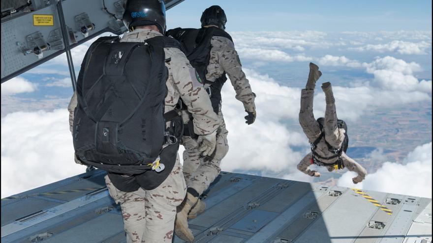 Paracaidistas del Ejército del Aire, durante un salto. Los hechos ocurrieron en la Escuela Militar de Paracaidismo de Alcantarilla (Murcia).