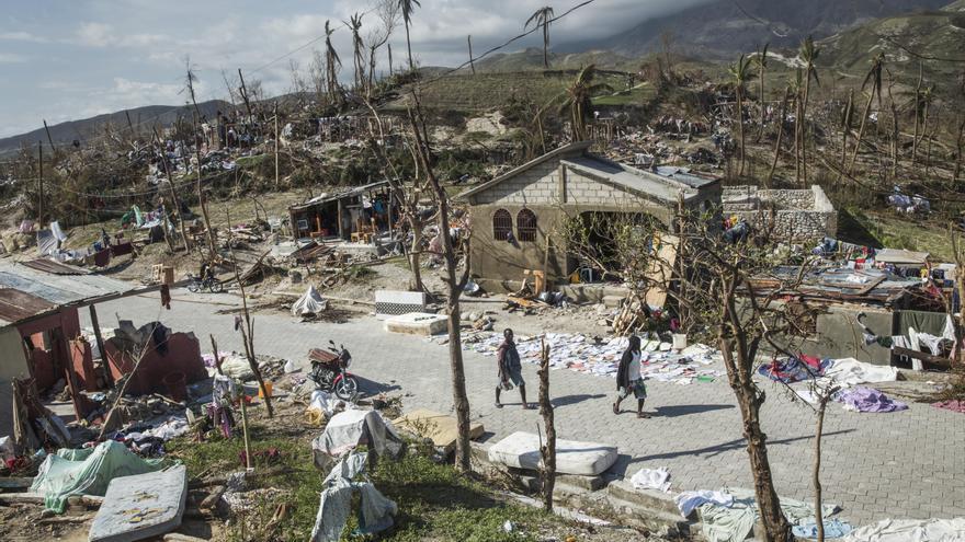MSF ha enviado personal en helicóptero y por carretera al departamento Sur, donde han comprobado que el huracán ha arrasado viviendas y comunidades a lo largo de toda la costa entre Tiburón y Port-à-Piment. Roche-à-Bateau, una ciudad costera en el suroeste de Haití donde viven unas 16.000 personas, ha sufrido una destrucción generalizada tras el paso del huracán. Fotografía: Andrew McConnell/Panos Pictures