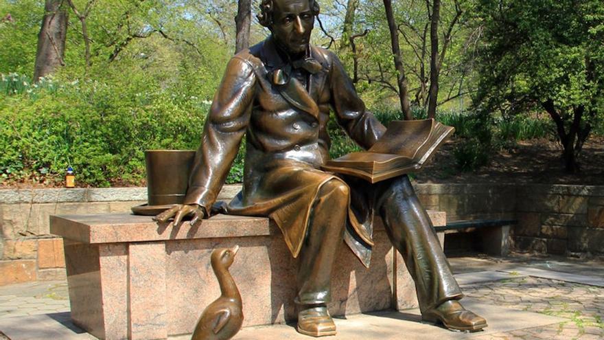 Estatua de Hans Christian Andersen con el patito feo Nueva York. (DP).