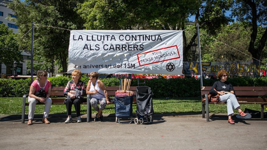 La pancarta de l'aniversari del 15-M abans de l'inici dels debats / ENRIC CATALÀ