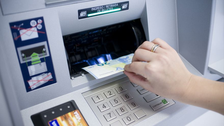 Uno de los nuevos cajeros, que se abastecen con el efectivo de los ingresos.