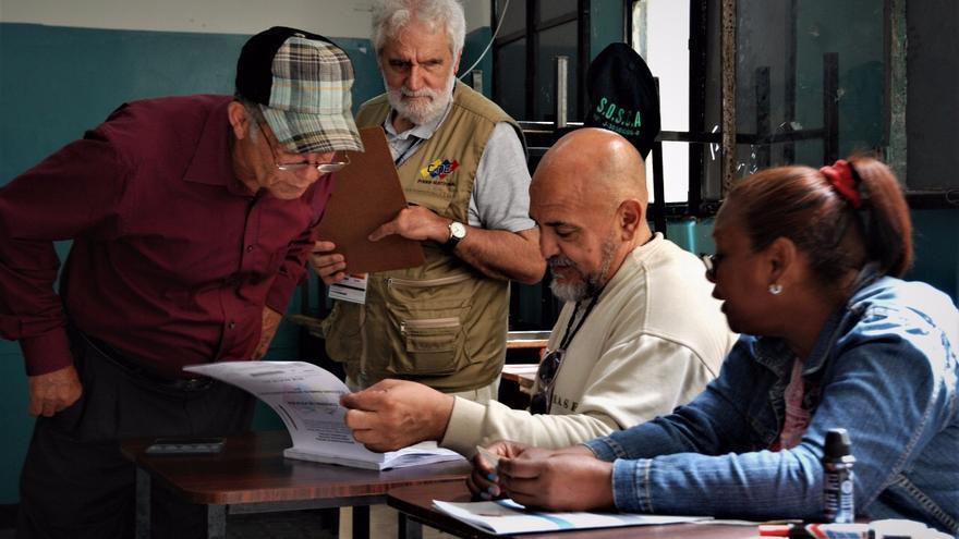 Vicent Garcés, en el centro, el domingo 30 de julio, en un colegio electoral de Venezuela, invitado como observador internacional.