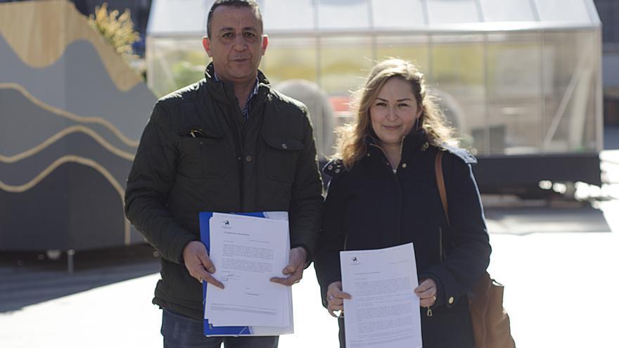 Jaouad Ballahsan y Hanane Bijbij, con cartas del banco Chaabi sobre su conflicto laboral.