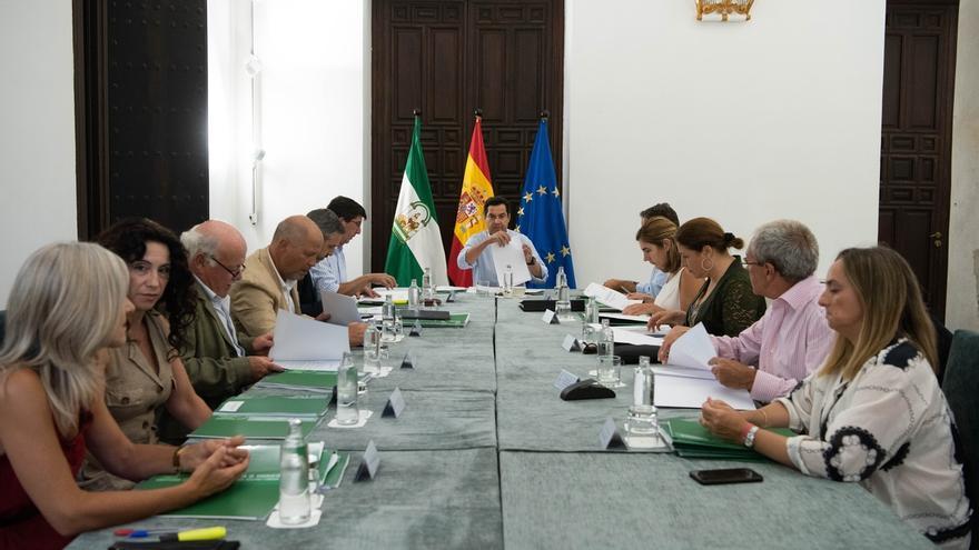 Juanma Moreno se reúne con los consejeros para preparar el Consejo de Gobierno del jueves