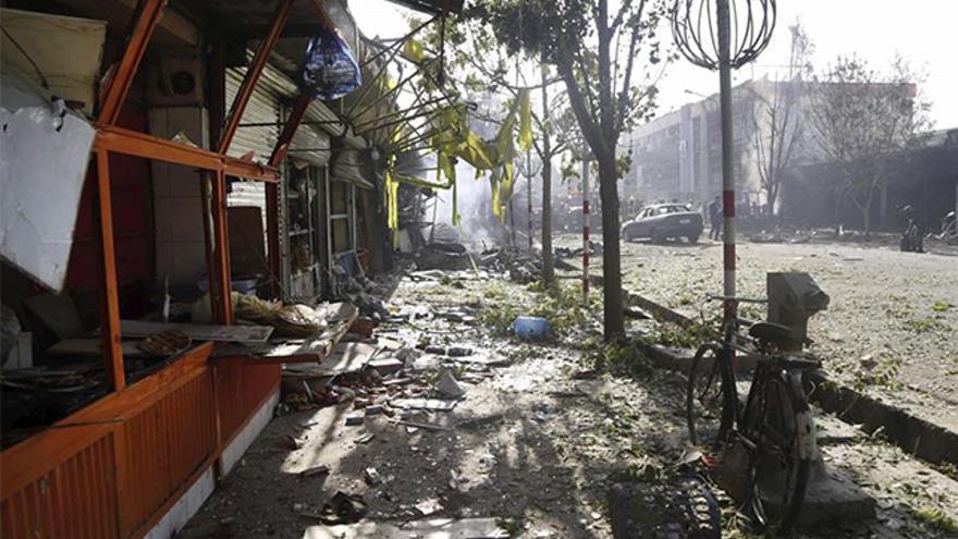 Vista de lugar tras el atentado suicida perpetrado en Kabul