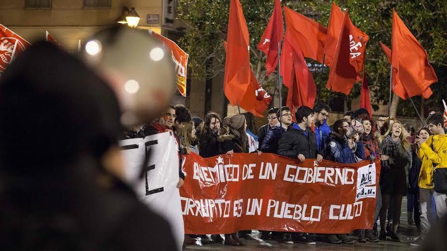 Más de 300 personas se manifestaron ayer contra la reforma de Wert. Foto: Juan Manzanara