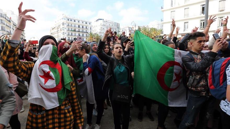 Siguen las protestas entre indicios de que Bouteflika puede regresar a Argel