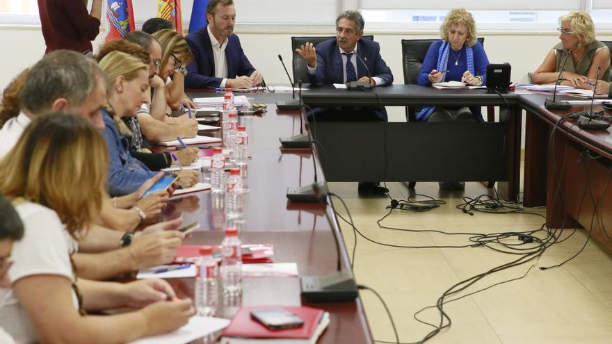 Revilla y Díaz Tezanos reunidos con representantes de familias y trabajadores del CAD de Sierrallana