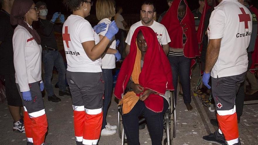 Miembros de Cruz Roja atienden a una de las inmigrantes llegadas anoche al puerto de Motril (Granada), tras ser rescatados por Salvamento marítimo cuando se encontraban navegando a unas 11 millas al Suroeste de la Isla de Alborán.