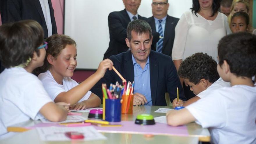 El presidente del Gobierno canario, Fernando Clavijo (c), conversa con algunos alumnos del colegio público de Educación Infantil y Primaria Pablo Neruda. EFE/Carlos de Saá