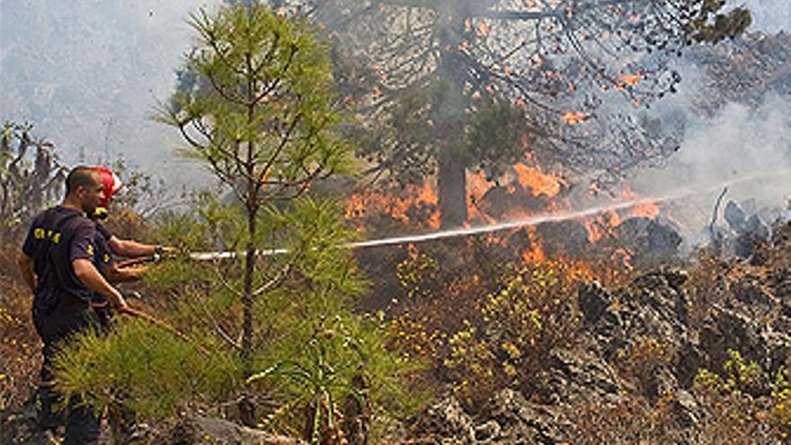 Efectivos de Bomberos apagan el incendio. (JONATAN RODRÍGUEZ/ACFI PRESS)