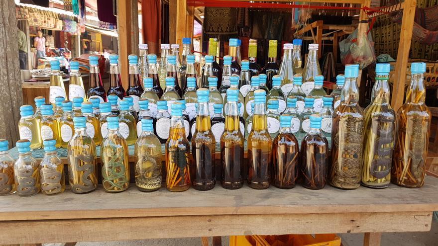 Botellas de licor con escorpiones y serpientes en un mercado en Laos