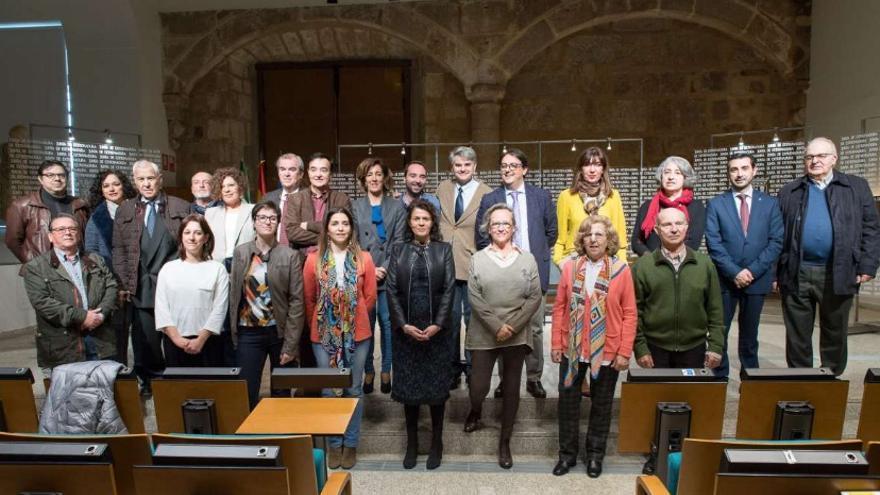 El consejero de Sanidad y Políticas Sociales, José María Vergeles, ha firmado con las asociaciones y entidades sin ánimo de lucro un convenio para el desarrollo de los objetivos del modelo de voluntariado en salud mental del III Plan Integral de Salud Mental en Extremadura