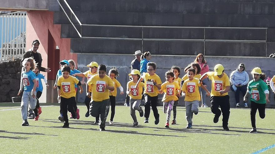 Imagen de los niños en el campo de fútbol.