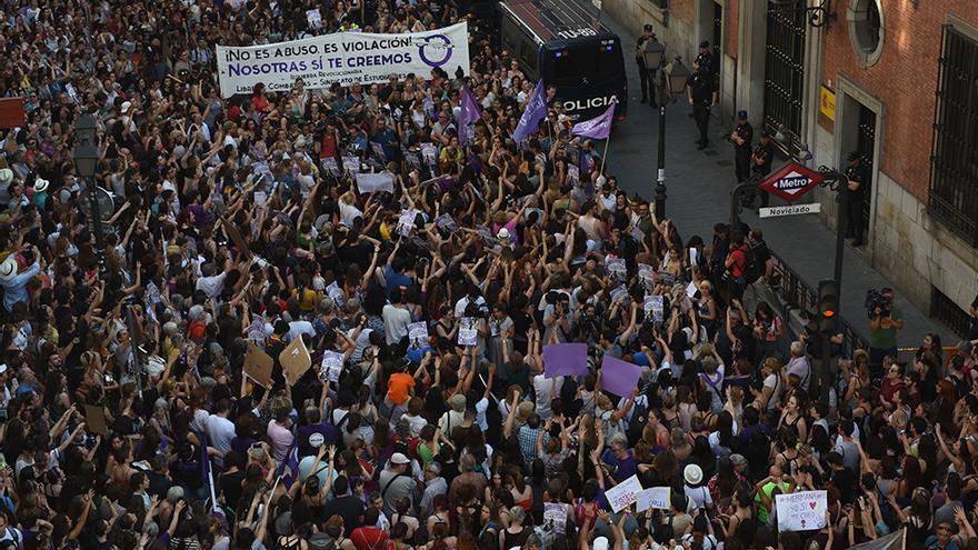 Imagen de la concentración contra la libertad de 'la manada'.FERNANDO SÁNCHEZ.