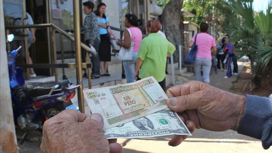 Cuba establece cambio de 2 pesos por dólar para empleados de firmas foráneas