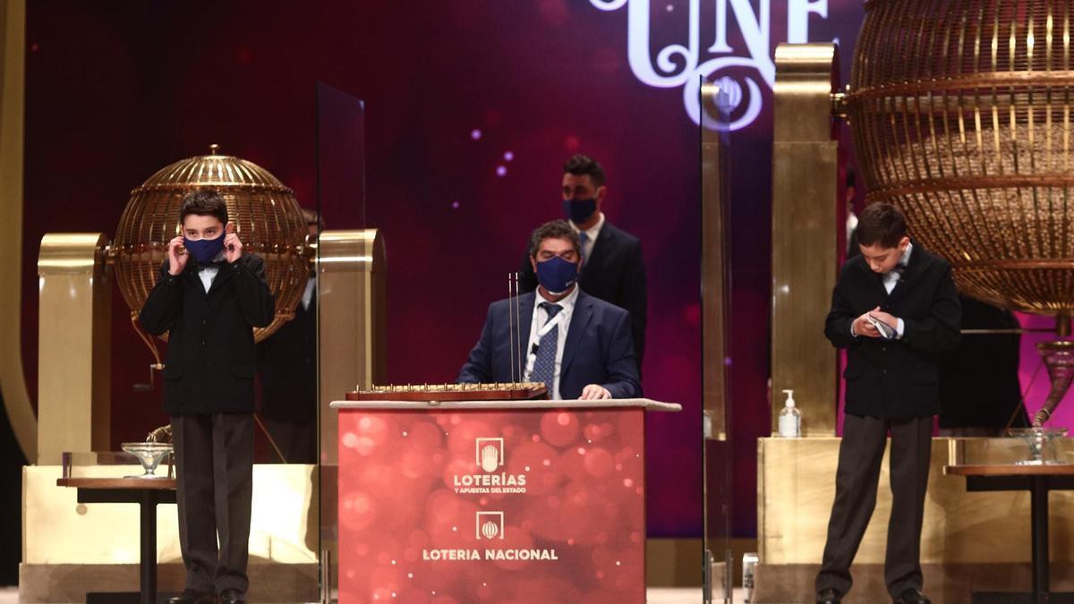 Dos de las niños de la residencia de San Ildefonso se preparan para cantar alguno de los premios durante la celebración del Sorteo Extraordinario de la Lotería de Navidad 2020 en el Teatro Real de Madrid (España), a 22 de diciembre de 2020.