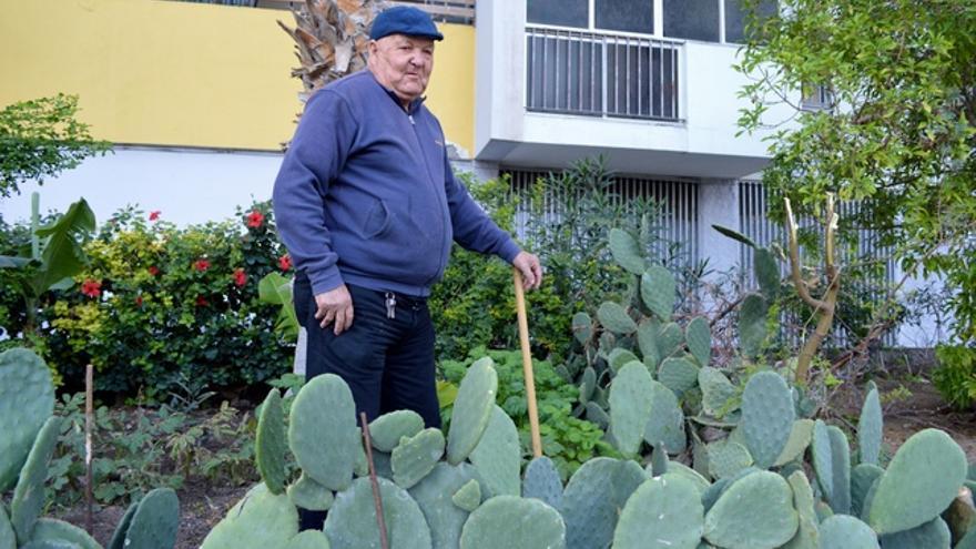 Algunos vecinos se encargan de cuidar los jardines del vecindario. FOTO: Iago Otero Paz.
