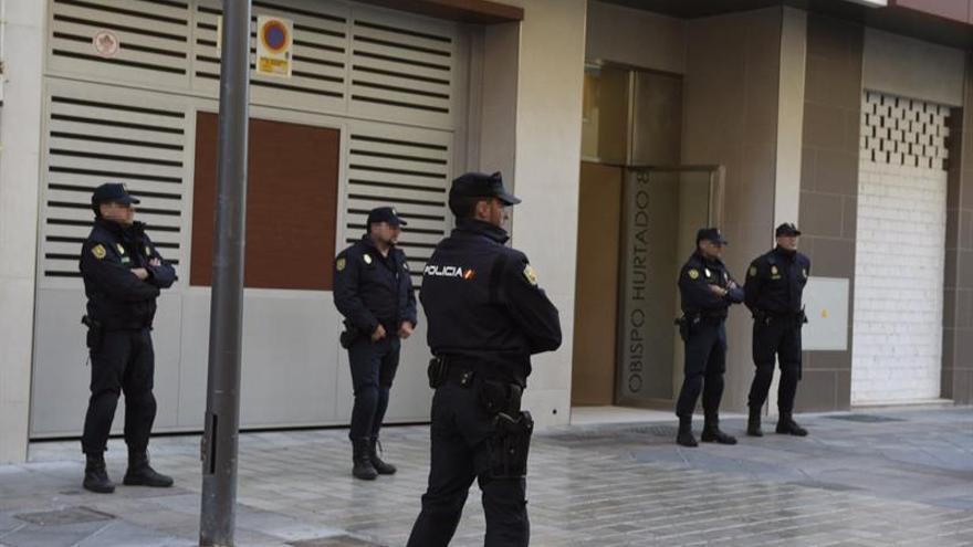Trasladan al alcalde de Granada al Ayuntamiento para seguir el registro policial