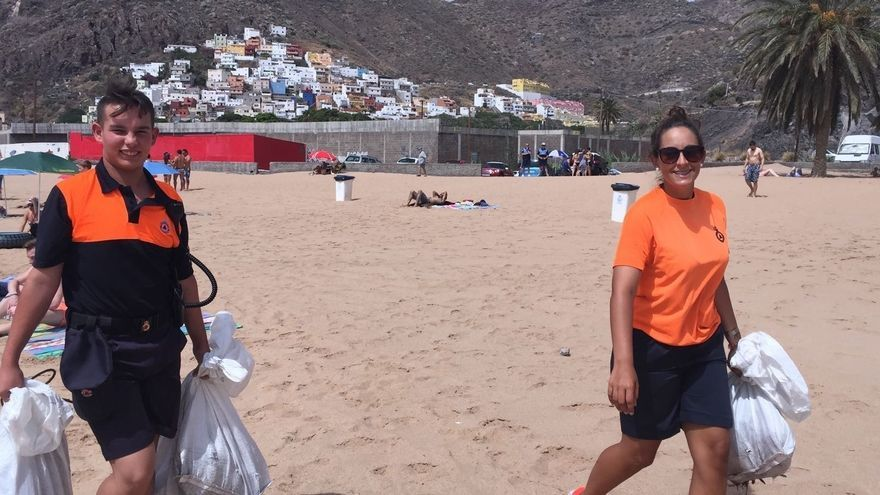 Imagen de la playa durante las labores de limpieza de este domingo