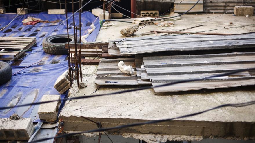 Un oso de peluche yace sobre el techo de una casa humilde del campo de refugiados de Shatila. Las viviendas invaden callejones tan estrechos que apenas dejan ver una pequeña porción de cielo a través de los cables, la ropa tendida y la amalgama de viviendas. Fotografía: Diego Ibarra Sánchez