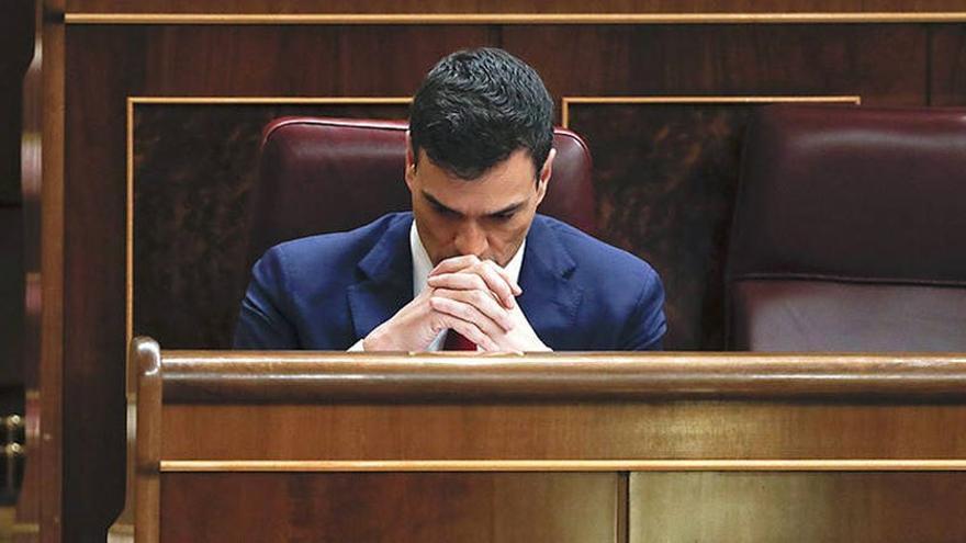Pedro Sánchez, pensativo en su escaño en el Congreso de los Diputados. (EFE).
