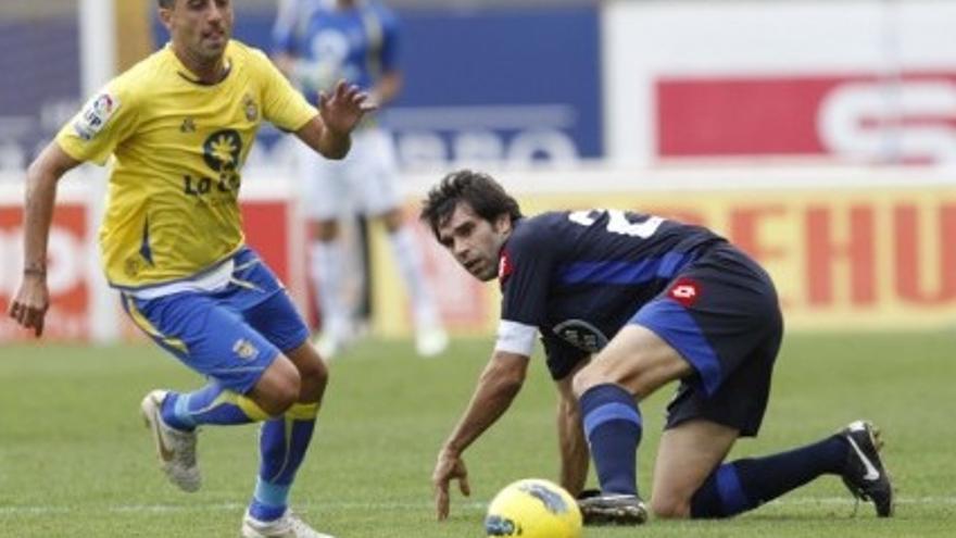 David González ante Valerón en el partido de ida entre ambos equipos (udlaspalmas.es).