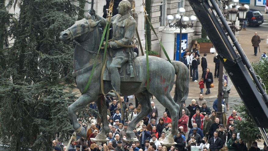 Retirada de la estatua ecuestre de Franco en el centro de Santander ante decenas de curiosos. | JOAQUÍN GÓMEZ SASTRE