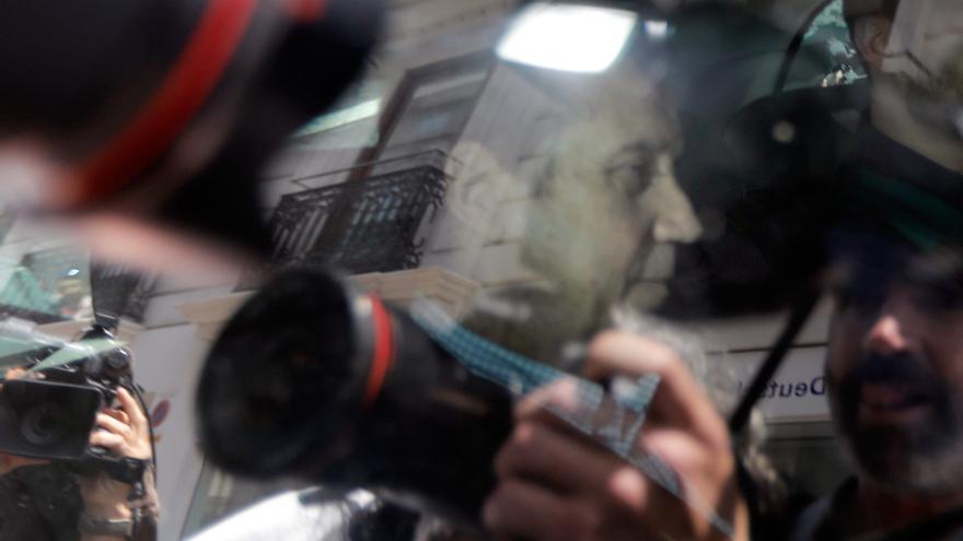 Zaplana trasladado en un vehículo policial tras su detención